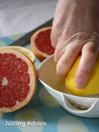 Red grapefruit juicing using manual juicer